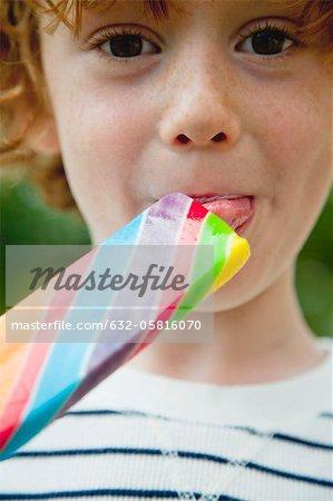 Garçon manger sucette