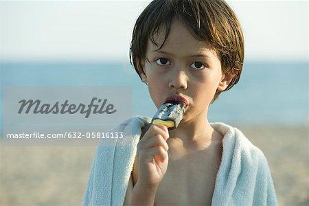 Garçon mangeant popsicle, portrait