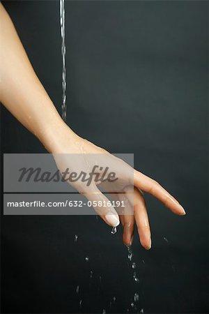 Hand unter fließendem Wasser