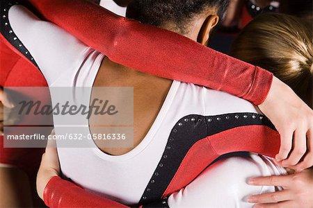 Les gymnastes féminines embrassant, recadrée