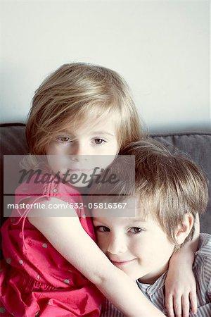 Jeune frère et sœur embrassant, portrait