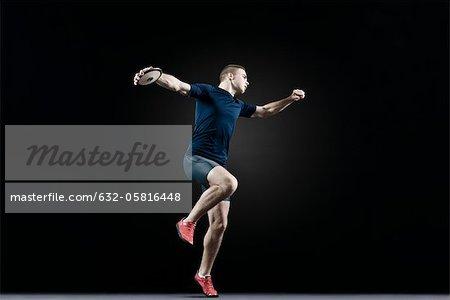 Männlicher Athlet werfen Diskus