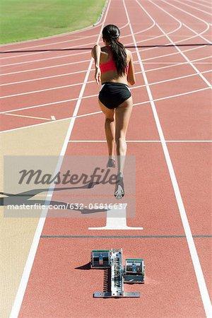 Frau läuft planmäßig, Rückansicht