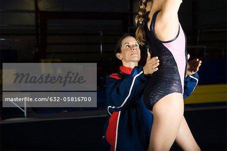 Entraîneur travaille avec la gymnaste féminine, recadrée