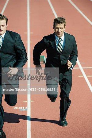 Geschäftsleute racing einander auf der Laufstrecke