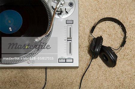 Platine tourne-disque et casque sur le tapis
