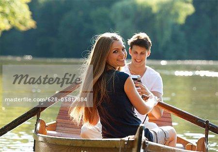 Paar im Ruderboot auf einem See