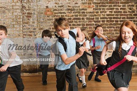 Enfants d'âge scolaire en cours d'exécution