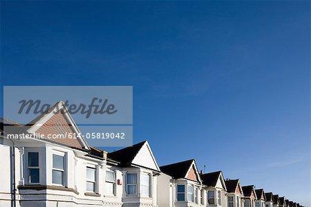 Maisons et ciel bleu