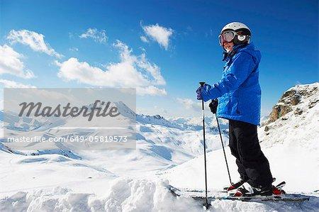 Junge im Ski auf verschneite Berggipfel