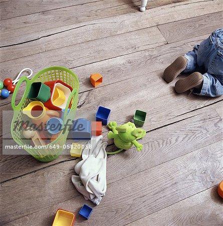 Babys Spielzeug auf Holzfußboden