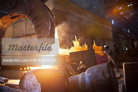 Soudeurs à le œuvre en acier forge