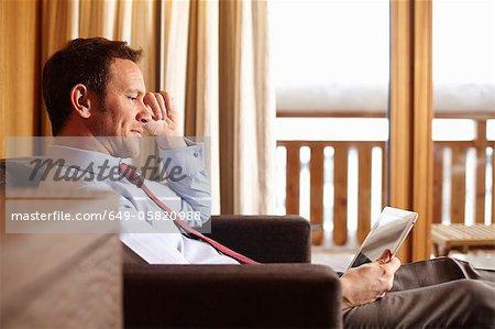 Geschäftsfrau mit Tablet im Hotelzimmer