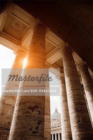 Vue d'angle faible de colonnes romaines
