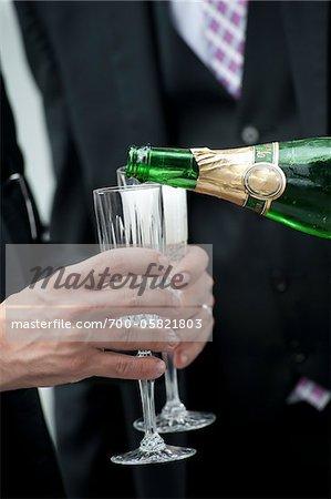 Gießen Champagner bei Hochzeit