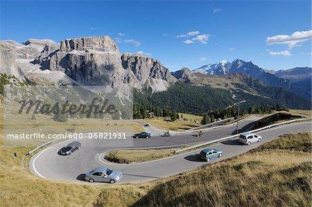 Virage en épingle à cheveux, col de Sella et montagnes, Tyrol du Sud, du Trentin-Haut-Adige, Dolomites, Italie