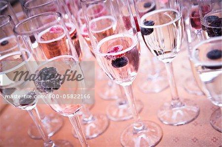 Gros plan des verres de Champagne remplie de vin mousseux