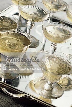 Gläser Champagner auf einem silbernen Tablett