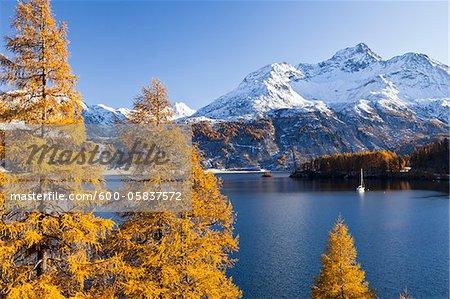 Bateau à voile sur le lac de Sils et Piz de la Margna, Engadin, Suisse