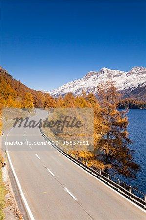Straße entlang Silsersee mit Piz Corvatsch, Engadin, Schweiz