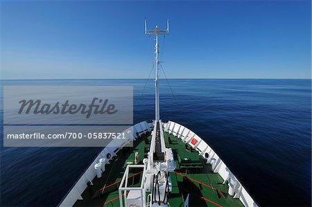 Proue de navire d'expédition sur la mer du Groenland, Arctique
