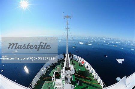 Expedition Schiff im Packeis, Grönlandsee, Arktis