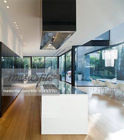 Intérieur de la maison de verre moderne. Cuisine ouverte ...