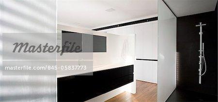 Salle de bains moderne en dramatique et contraste noir et blanc, UP House, Verlaine, Tel Aviv, Israël. Architectes : Pitsou Kedem