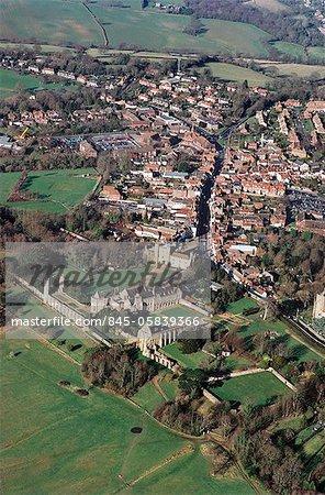 Abbaye de la bataille. Vue aérienne de l'abbaye, la ville et le champ de bataille.