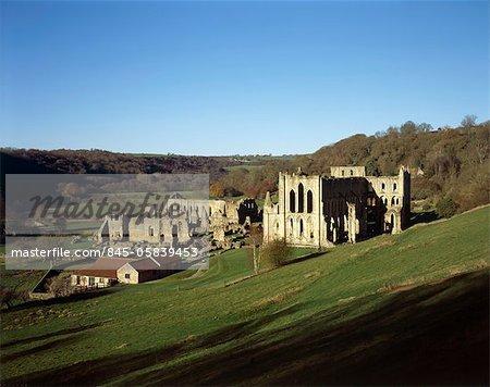 Abbaye de Rievaulx. Découvre jusqu'à l'abbaye de nord-est montrant Musée et monastère de bâtiments.