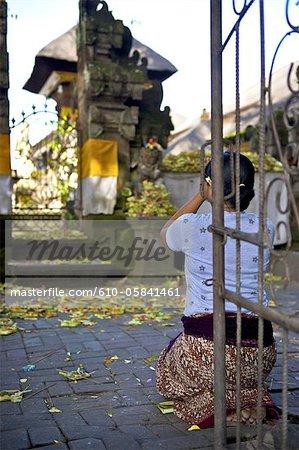 Indonesia, Bali, Ubud, temple, praying woman