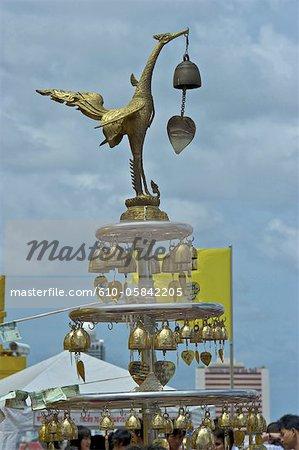 Thaïlande, Bangkok, Wat Saket, cloches et offres