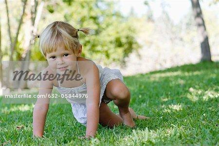 Kleine Mädchen spielen auf Rasen