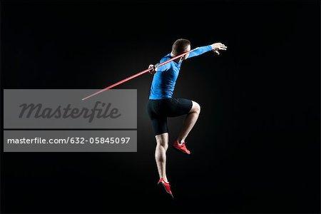 Athlète masculin du saut avec javelot