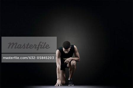 Athlète masculin à la position de départ