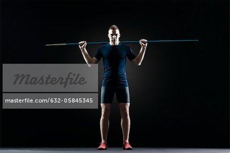 Athlète masculin debout avec javelot