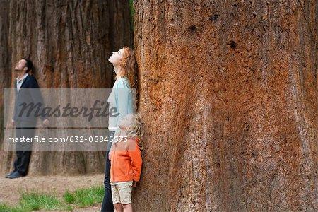 Mère et fille, appuyé contre le tronc d'arbre, respirer l'air frais