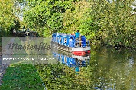 Un bateau étroit sur le Stratford-upon-canal Avon, Preston Bagot vol d'écluses, Warwickshire, Midlands, Angleterre, Royaume-Uni, Europe