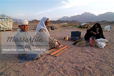 Familie von Beduinen in der Wüste in der Nähe von Hurghada, Ägypten, Nordafrika, Afrika