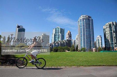 Cycliste en passant appartement blocs, False Creek, Vancouver, Colombie-Britannique, Canada, Amérique du Nord