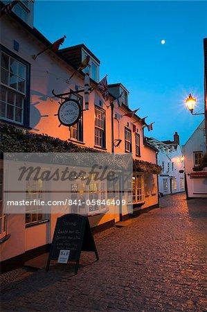 La nuit tombe sur les rues pavées de Lymington, Hampshire, Angleterre, Royaume-Uni, Europe