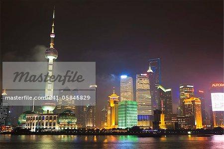 Skyline de Pudong pendant la nuit sur la rivière Huangpu, Oriental Pearl tower sur la gauche, Shanghai, Chine, Asie