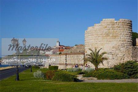 Remparts et les ruines des murs de fortification médiévale, Old Town, Nessebar, mer Noire, en Bulgarie, Europe