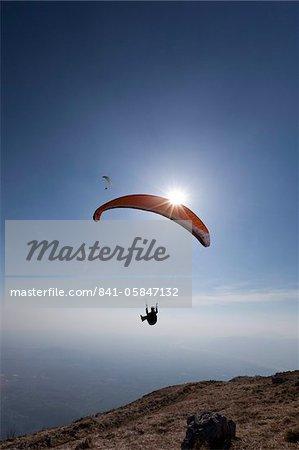 Parapente survolant le Mont Cuarnan, Udine, Frioul, en Italie, Europe