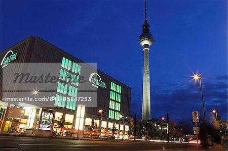 Magasin Galeria Kaufhof et la tour de télévision (Berliner Fersehturm) à Alexanderplatz, Berlin, Allemagne, Europe