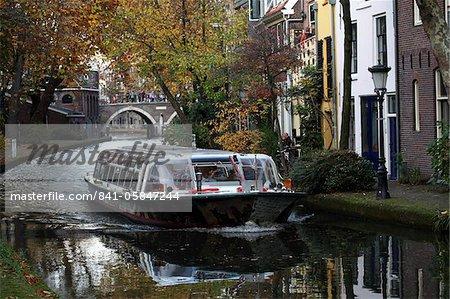 Une barge sightseeing tours le long du Canal Oudegracht dans la ville néerlandaise d'Utrecht, Province d'Utrecht, Pays-Bas, Europe
