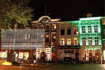 Sièges à l'extérieur d'un café-restaurant sur la place du Grote Markt (grand marché) at night, Breda, Noord-Brabant, Pays-Bas, Europe
