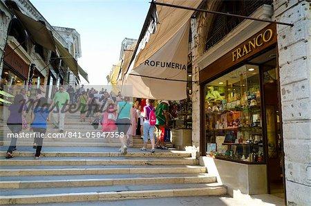 Magasins sur le pont du Rialto, Venise, UNESCO World Heritage Site, Veneto, Italie, Europe