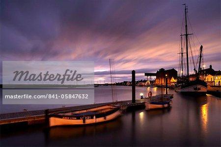 Un matin d'hiver morose montrant le quai à Wells, ensuite la mer, Norfolk, Angleterre, Royaume-Uni, Europe