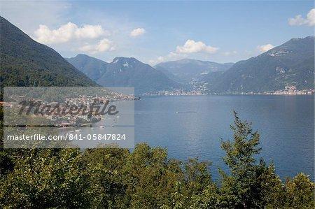 Vue du village au bord du lac, lac de Côme, Lombardie, lacs italiens, Italie, Europe